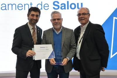 L'alcalde de Salou, Pere Granados, i el regidor de Noves Tecnologies, Jesús Barragán, recullen el distintiu Sóc Smart de mans del conseller Jordi Puigneró
