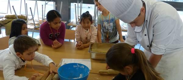 Alumnes del taller de cuina de la UEC, professors per un dia a l'escola Vora Mar