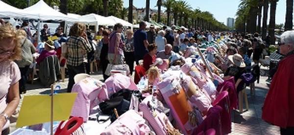 El Grup de Dones reuneix prop de 300 puntaires al passeig Jaume I de Salou