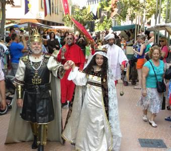 El rei Jaume I i la seva esposa passegen pel XIII Mercat Medieval de Salou en la seva inauguració