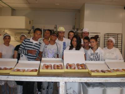 Els alumnes de la UEC Salou aprenen a fer coques de Sant Joan al 'Salou T'inclou'