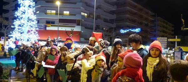 Els carrers de Salou ja llueixen amb la il·luminació nadalenca