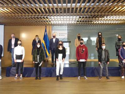 L'Ajuntament de Salou reconeix el mèrit i l'esforç de 10 estudiants del municipi que han obtingut els millors expedients acadèmics, amb el lliurament de beques universitàries