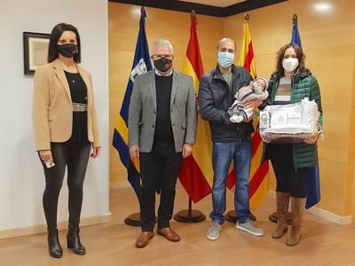 L'Ajuntament de Salou rep el primer nadó de l'any, Martí Cascón Perelló