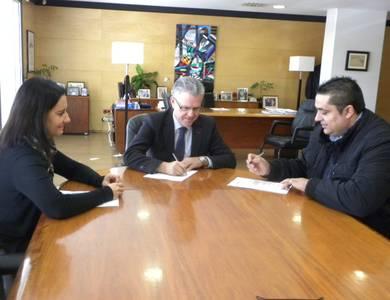 L'Ajuntament de Salou signa el conveni amb el restaurant del Club Nàutic per formar alumnes com auxiliar d'hoteleria