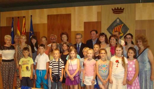 L'alcalde de Salou dóna la benvinguda una vintena d'estudiants de l'Escola Cervantes de Rússia