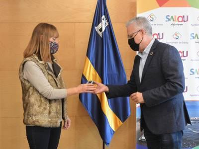 L'alcalde de Salou lliura el pin de plata a la treballadora Maika Arredondo pels seus 25 anys de servei a l'Administració municipal