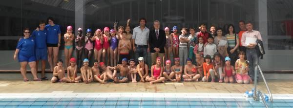 L'alcalde de Salou lliura els diplomes del programa de natació a l'Escola Santa Maria
