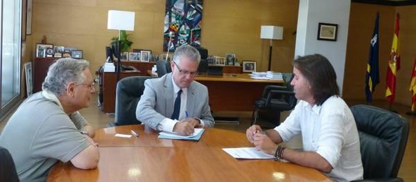 L'alcalde de Salou signa el conveni per dotar d'enllumenat públic la mitjana del Vial del Cavet