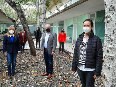 L'alcalde de Salou visita l'Institut Jaume I acompanyat de la regidora de Serveis Educatius