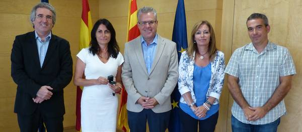 L'alcalde lliura el pin de plata a la funcionària Montse Cobos