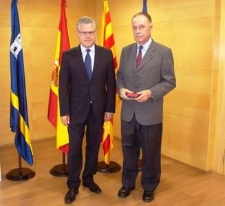 L'alcalde lliura l'agulla d'or pels 40 anys de servei al funcionari Josep Anton Raduà