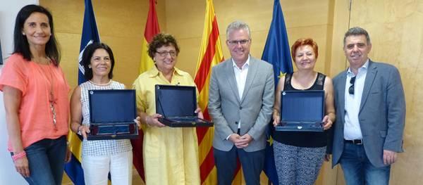 L'alcalde lliura unes plaques a tres professores de l'Escola Elisabeth en motiu de la seva jubilació