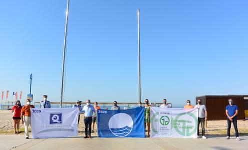 L'alcalde Pere Granados hissa les banderes que certifiquen 'l'excel·lent' qualitat de les platges de Salou