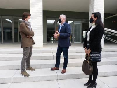 L'alcalde Pere Granados i la regidora de Serveis Educatius, Julia Gómez, visiten l'Escola Internacional del Camp (EIC)