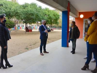 L'alcalde Pere Granados i la regidora de Serveis Educatius, Julia Gómez, visiten l'Escola Salou i feliciten l'equip directiu per l'adaptació a les noves rutines de funcionament