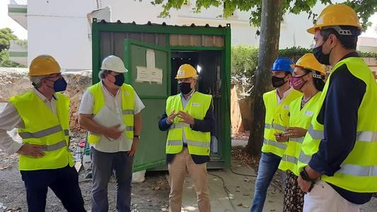 L'alcalde Pere Granados visita les obres de restauració del Xalet Fort, l'immoble noucentista que acollirà una 'smart office' i serà seu de la promoció econòmica i el comerç de Salou