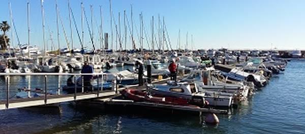 La festa del Calamar arrenca amb un centenar de pescadors a les aigües de Salou