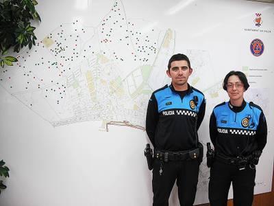 Els_agents_Eloy_Martn_i_Raquel_Moreno_fent_la_presentaci_del_Cens_de_Masies_de_Salou.JPG