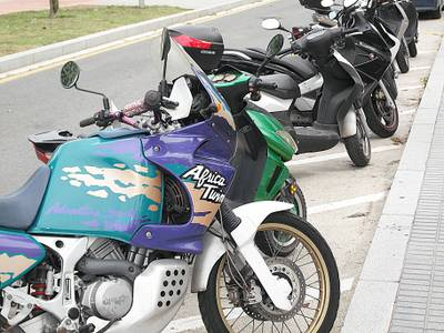 Motos_i_ciclomotors_estacionats_a_Salou.JPG