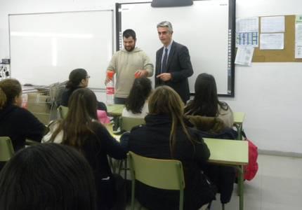 La regidoria de Salut Pública  explica el reciclatge d'olis usats als instituts