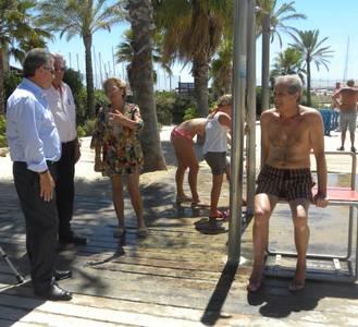 Les platges de Salou incorporen tres dutxes adaptades per a minusvàlids