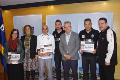 Lalcalde_i_la_regidora_de_Promoci_Econmica_amb_els_guanyadors_del_Rally_de_Tapas_2014.JPG