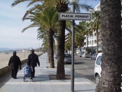 Salou crea un nou carril-bici al passeig Miramar, davant la platja de Ponent