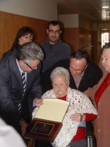 Salou homenatja amb una placa a dues àvies centenàries: Cinta Piñol i Maria Tudela