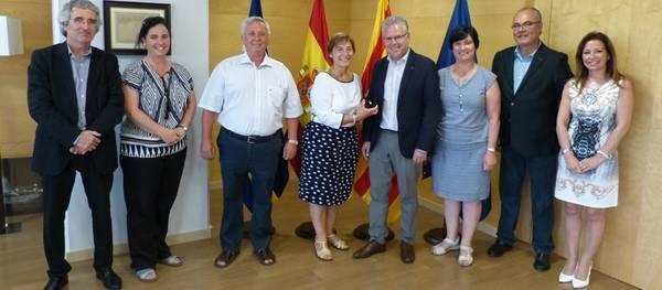 Salou lliura el pin d'or a la funcionària de l'Ajuntament Puri Pérez per la seva jubilació
