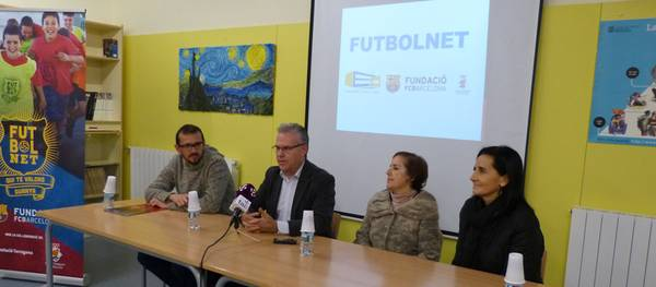 Uns 40 joves de Salou participen al projecte esportiu FutbolNet que imparteix Fundació FC Barcelona