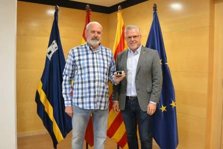 El alcalde Pere Granados entrega el pin de plata al trabajador Antonio Alejandre Vega, por sus 25 años de servicio al Ayuntamiento