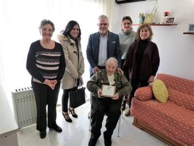 El alcalde de Salou, Pere Granados, felicita, personalmente, la señora Dolores Novell Bofarull por su 100 aniversario