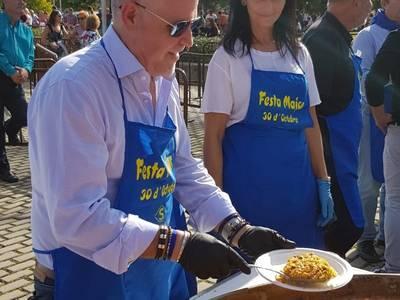 El Ayuntamiento reparte un millar de raciones de paella para conmemorar el día grande de la Fiesta Mayor del 30 de Octubre