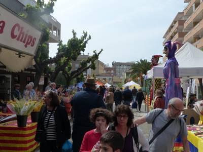 Los libros, las rosas y las actividades culturales, protagonistas de Sant Jordi en Salou