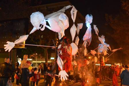 Los niños/as y jóvenes de Salou celebran, en familia, Halloween, con la Festa del Panellet y la Desfilada Zombi