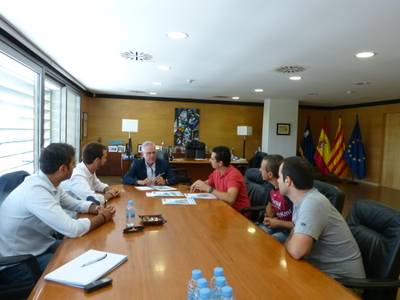 El alcalde de Salou, Pere Granados, extiende la mano a los voluntarios de Sosciathlon
