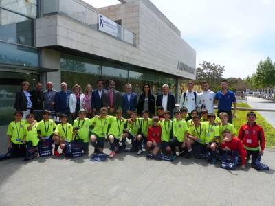 El alcalde de Salou recibe la Escuela Deportiva de Fútbol Sala de Brunete que disputan un encuentro deportivo en la costa Dorada