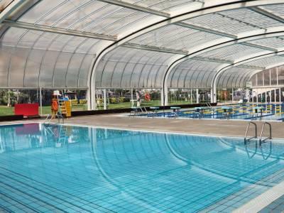 El Ayuntamiento llevará a cabo unas mejoras en mantenimiento en la cubierta de la piscina municipal
