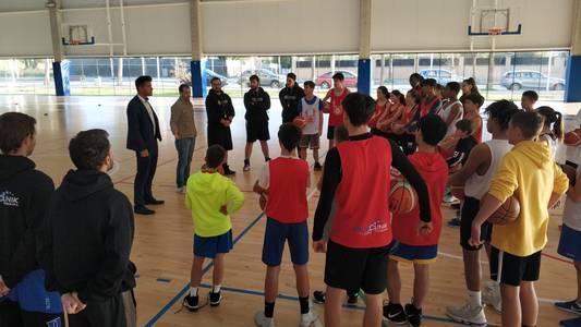 Un total de 26 jóvenes deportistas disfrutan de la Navidad en Salou con el campus de baloncesto 'Elevate Your Game'