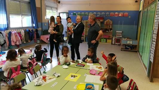 El alcalde de Salou visita la escuela Europa del municipio