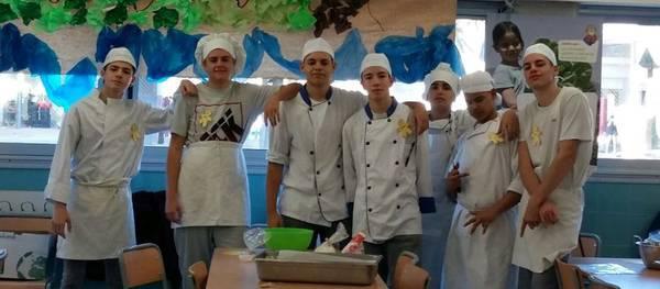 Los jóvenes de la UEC han sido maestros de cocina de una cincuentena de alumnos de la Escuela Salou