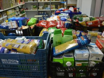 El Ayuntamiento de Salou entrega unos 400 kg de alimentos, recaudados en el Espacio Xic'S del Parque de Navidad, a Cáritas y Eluzai