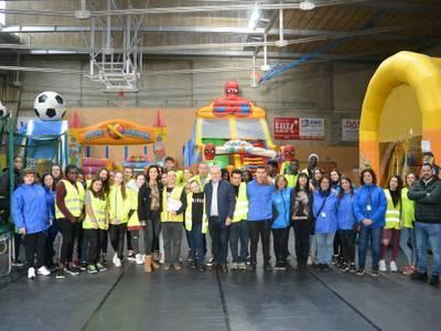 El alcalde Pere Granados y la concejala Julia Gómez visitan al equipo de 42 monitores y voluntarios del Espai Xic'S Parc de Nadal de Salou