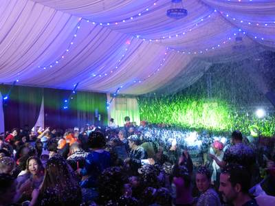 Los niños y niñas disfrutan en familia de la fiesta Cós Blanc Xic'S