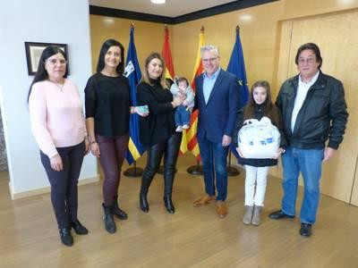 Salou distingue con el carné del Club Xic's al primer bebé del año nacido en el municipio