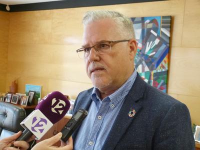 El alcalde de Salou, Pere Granados, afirma que la contratación de la nueva empresa de limpieza de edificios municipales y escuelas significará una mejora del servicio respecto al anterior