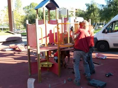 El Ayuntamiento comienza los trabajos de instalación de los juegos infantiles en varios parques de Salou