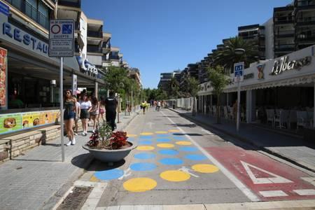 Mejoran la pintura de la zona de peatones de la avenida Carles Buïgas y de la calle Josep Carner