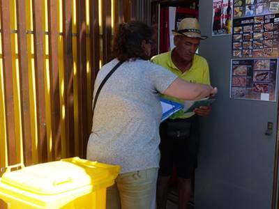 Salou reparte cubos para reciclar envases a los chiringuitos de playa
